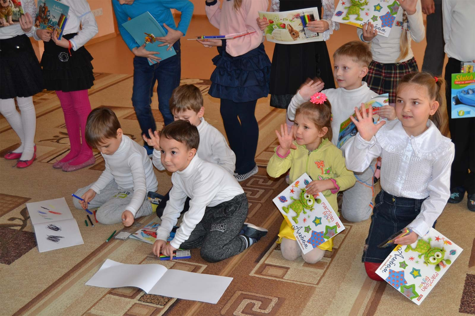 За виручені кошти купили фломастери та альбоми для малювання вихованцям підшефного навчально-реабілітаційного центру «Надія».