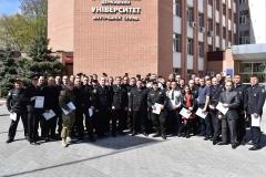 Завершилася церемонія вручення дипломів фотографуванням