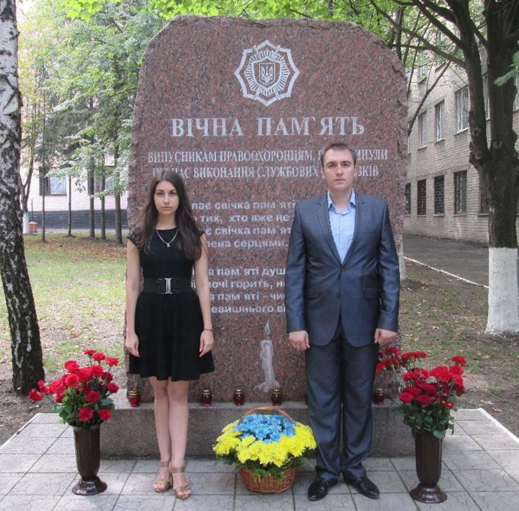 Покладання квітів до Памꞌятного знаку загиблим випускникам-правоохоронцям.