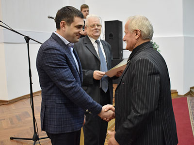 Т.в.о. ректора Олег Золотоноша вручив почесні грамоти пенсіонерам та ветеранам навчального закладу