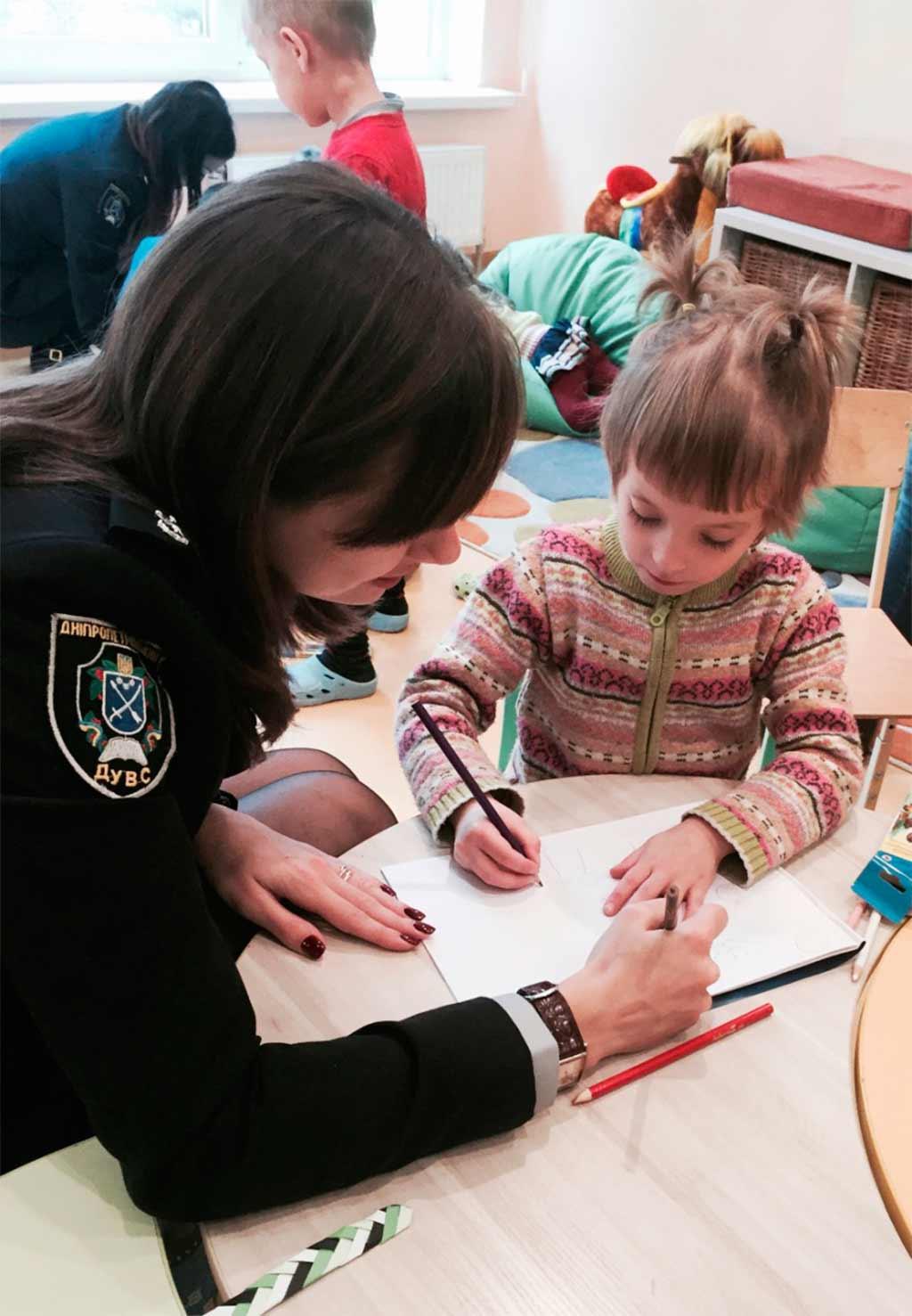 Шефи приїхали до дітей із подарунками, які знадобляться їм на уроках малювання.